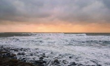 beckiewilde-high-tide-at-lynmouth-was-quite-rough-this-evening